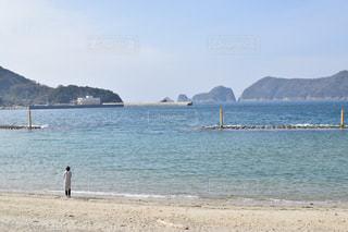 背景の山とビーチの写真・画像素材[1822684]