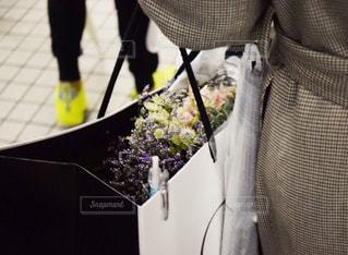 花束をもらった女性の写真・画像素材[1997495]