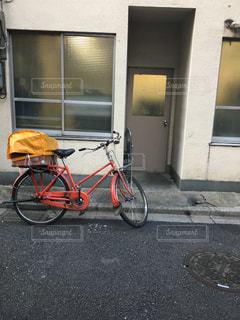 郵便屋さんの赤い自転車の写真・画像素材[1771016]