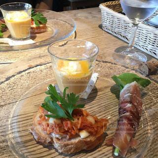 テーブルの上に食べ物のプレートの写真・画像素材[1775834]