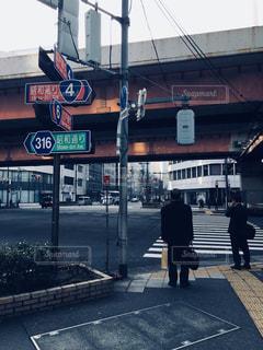 人が通りを歩いています。の写真・画像素材[1776324]