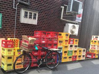 レンガ造りの建物の前に駐車した自転車の写真・画像素材[2323636]
