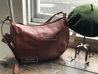 椅子の上に座っているバッグの写真・画像素材[891248]