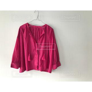 赤い毛布を着ている人の写真・画像素材[1133595]