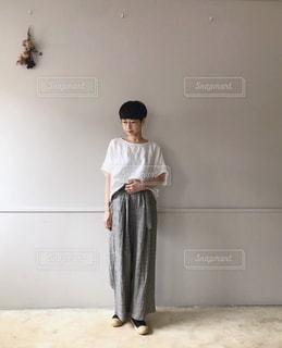 キッチンに立っている人の写真・画像素材[1272533]