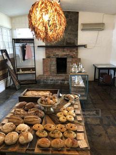 暖炉の隣にあるテーブルの上の食べ物のクローズアップの写真・画像素材[2182006]