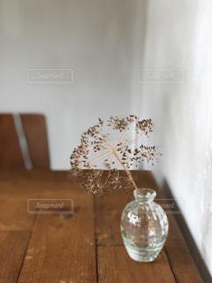 木製のテーブルの上に置かれるワインのグラスの写真・画像素材[2182008]
