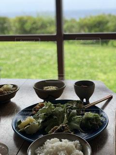 皿の上の食べ物のボウルの写真・画像素材[2182049]