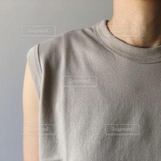 白いシャツを着た男の写真・画像素材[2182107]