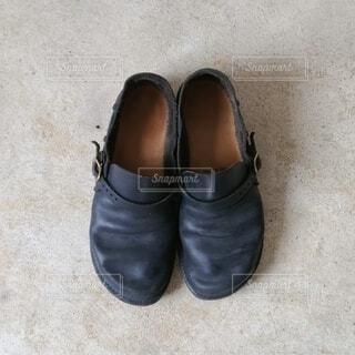 青い靴を履いた足の写真・画像素材[4159204]