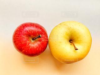 赤いりんごと黄色いりんごの写真・画像素材[1814285]