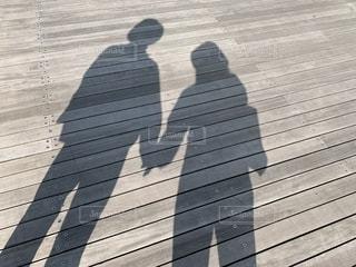 手をつないでいる男女の影の写真・画像素材[2186391]