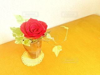 花瓶のバラの写真・画像素材[2327627]