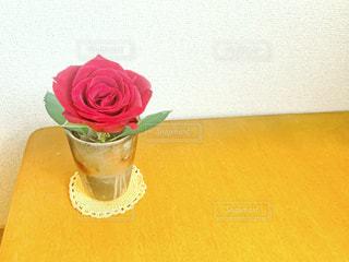 花瓶のバラの写真・画像素材[2327631]