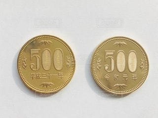 令和と平成の500円玉の写真・画像素材[2781861]