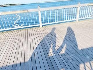 手をつなぐ男女の影の写真・画像素材[3959095]