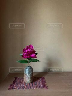 シャクヤクを生けている花瓶の写真・画像素材[4557674]