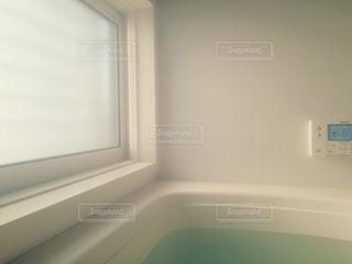ウィンドウの横に座っている白い浴槽の写真・画像素材[1819876]
