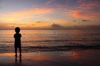 海の夕陽と男の子の写真・画像素材[1851973]