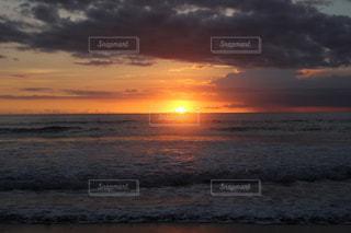 バリ島 クタビーチの夕日の写真・画像素材[2045931]