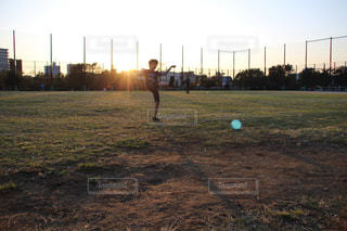 ボールを蹴る少年の写真・画像素材[2717572]
