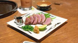 木製テーブルの上の食べもののプレートの写真・画像素材[1774460]
