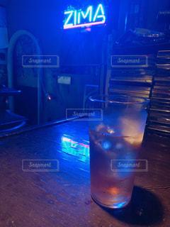 テーブルの上に水のガラスの写真・画像素材[1775025]