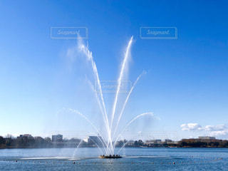 青空と大きな噴水の写真・画像素材[1776111]