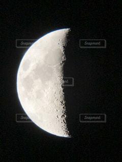 天体望遠鏡で見えた月の写真・画像素材[2116297]