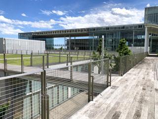 とある県立大学の斬新で近代的な校舎全体の写真・画像素材[2226538]