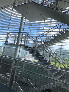 とある県立大学の斬新で近代的な校舎内の写真・画像素材[2226554]