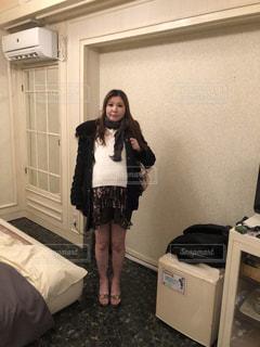 部屋に立っている人の写真・画像素材[1777807]