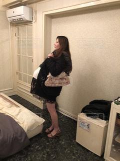 カメラにポーズ鏡の前に立っている女性の写真・画像素材[1777808]