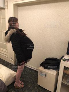 部屋に立っている人の写真・画像素材[1777810]