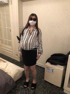 部屋で立っている女性の写真・画像素材[1777824]