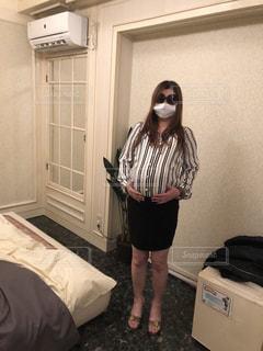 部屋に立っている人の写真・画像素材[1777826]
