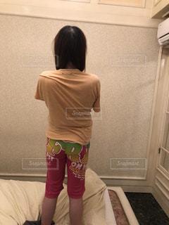 部屋に立っている人の写真・画像素材[1777841]