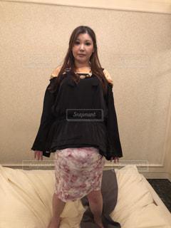 部屋で立っている女性の写真・画像素材[1777926]
