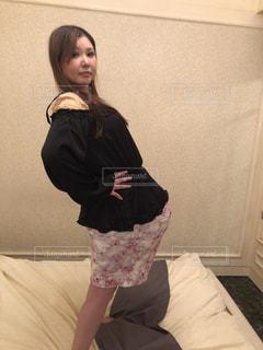 部屋で立っている女性の写真・画像素材[1777930]