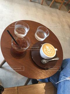 木製のテーブルの上に座ってコーヒー カップの写真・画像素材[1778046]