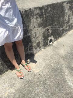 海岸に続く道に立つ女性の写真・画像素材[1776712]