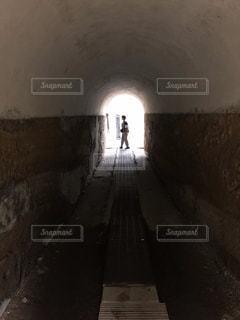 暗闇の中のトンネルの写真・画像素材[2123720]
