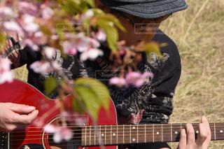 ギターを持っている人の写真・画像素材[1850507]