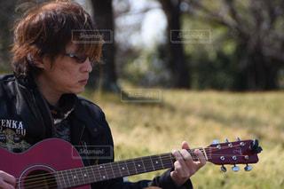 ギターを持っている人の写真・画像素材[1868453]