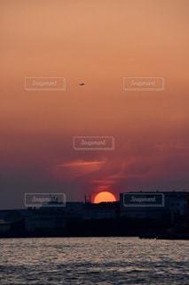 沈む夕日の写真・画像素材[2128312]