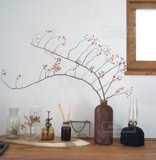 テーブルの上の花の花瓶の写真・画像素材[1778339]