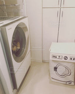 洗濯機と洗濯かごの写真・画像素材[1778831]