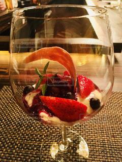 ワイングラスの中のフルーツ…の写真・画像素材[1778814]