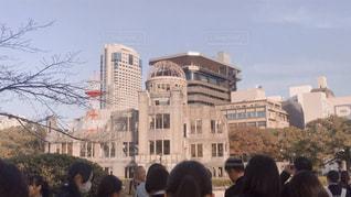 建物の前に立っている人々 のグループの写真・画像素材[1778933]