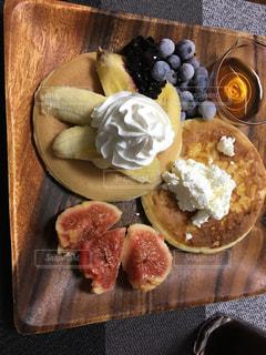 近くのテーブルの上に食べ物をの写真・画像素材[722960]